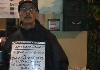 Incatenato alla cancellata in solidarietà al sindaco